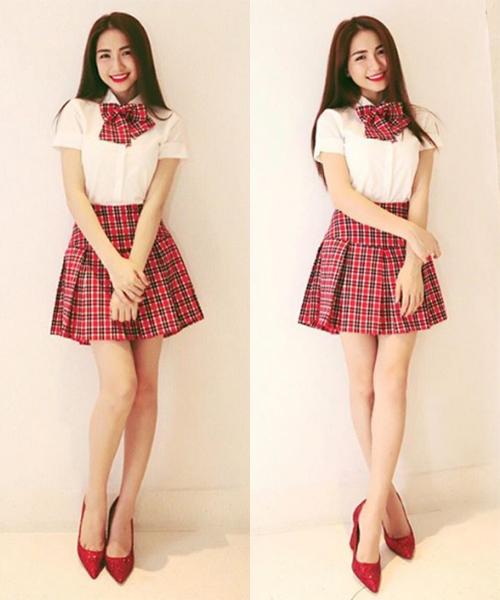 Hòa Minzy cũng thử nghiệm phong cách nữ sinh gần đây. Nữ ca sĩ ra dáng một hot girl học đường với cây đồ kẻ đỏ kết hợp giày cao gót điệu đà.