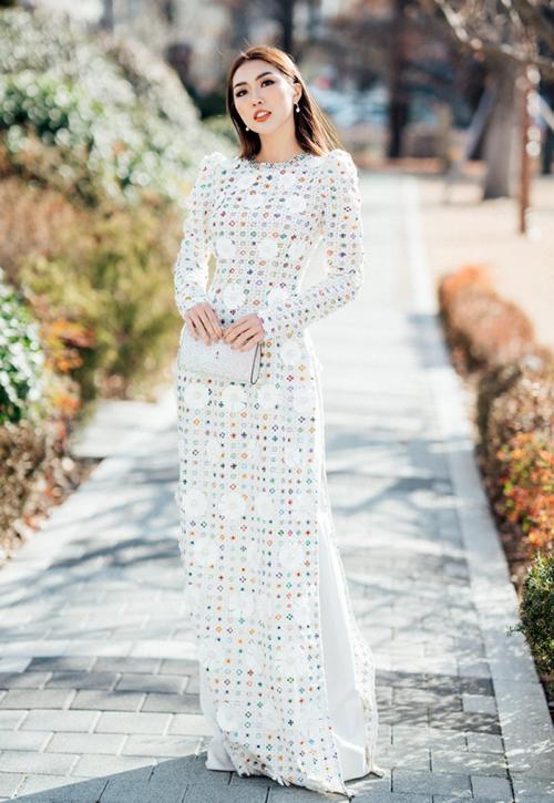 Bộ áo dài tôn lên vẻ tinh khôi của Tường Linh...