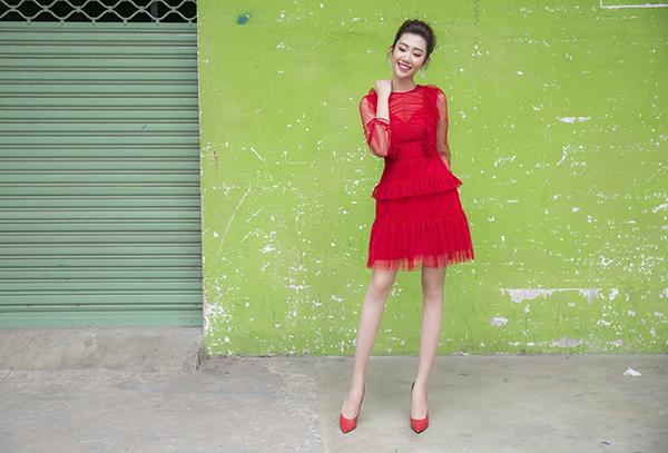 Nữ diễn viên Gạo nếp gạo tẻkhoe vẻ trẻ trung, rạng rỡ trong chiếc váy đỏ rực chất liệu ren xuyên thấu.