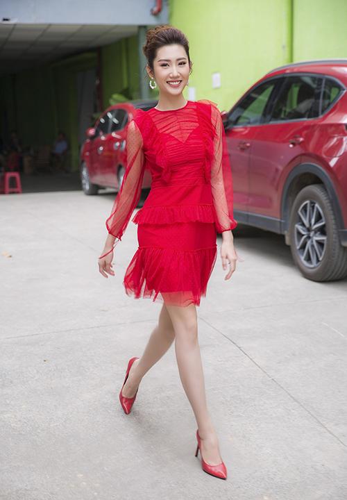 Mới đây, diễn viên Thuý Ngân tham gia ghi hình số chung kết chương trình Nhanh như chớp 2018. Tại phim trường, nữ diễn viên gây ấn tượng nhờ phong cách thanh lịch. Cô khoe vẻ trẻ trung, rạng rỡ trong chiếc váy chất liệu ren xuyên thấu.