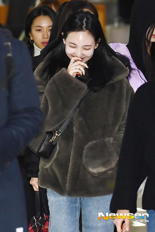 Twice bộ sưu tập áo khoác, Lisa khí chất ngời ngời ở sân bay - 11