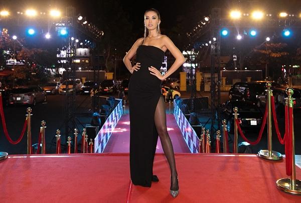 Hoa hậu Minh Tú hút mắt với cách trang điểm nâu trầm.