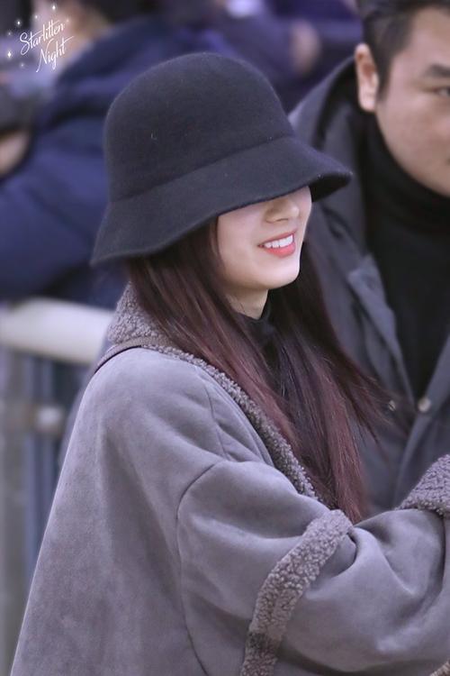 Twice bộ sưu tập áo khoác, Lisa khí chất ngời ngời ở sân bay - 8