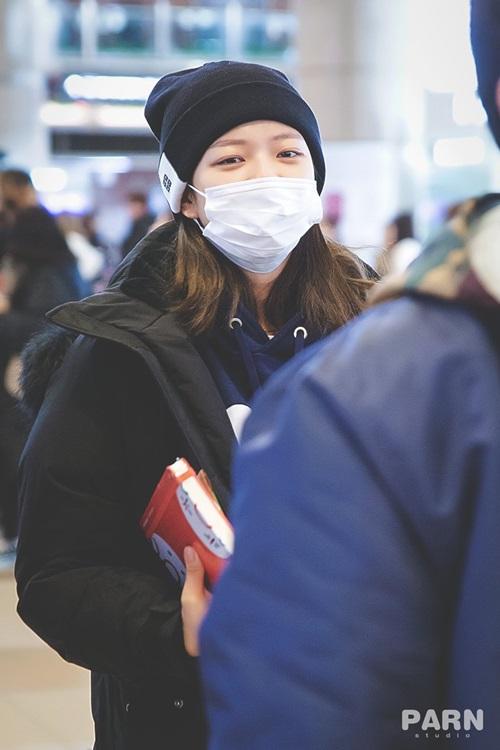 Twice bộ sưu tập áo khoác, Lisa khí chất ngời ngời ở sân bay - 10