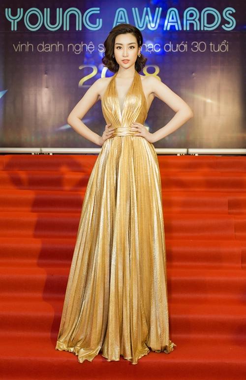 Hoa hậu Việt Nam Đỗ Mỹ Linh diện váy khoe vai trần, lưng trần.