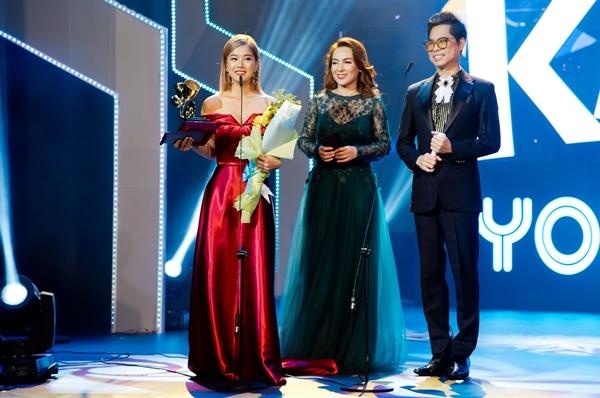 Hoàng Yến Chibi run run nhận giải thưởng nhờ cơn sốt Nụ hôn đánh rơi - 3
