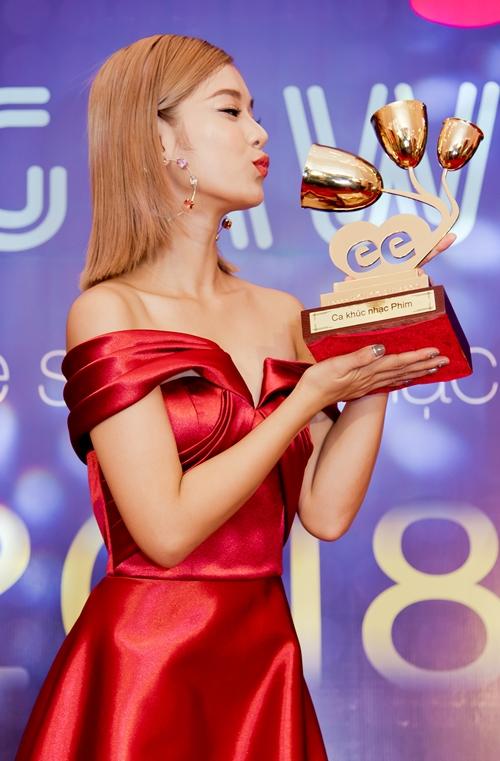 Hoàng Yến Chibi run run nhận giải thưởng nhờ cơn sốt Nụ hôn đánh rơi - 4