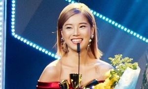 Hoàng Yến Chibi run bắn khi nhận giải thưởng nhờ cơn sốt 'Nụ hôn đánh rơi'