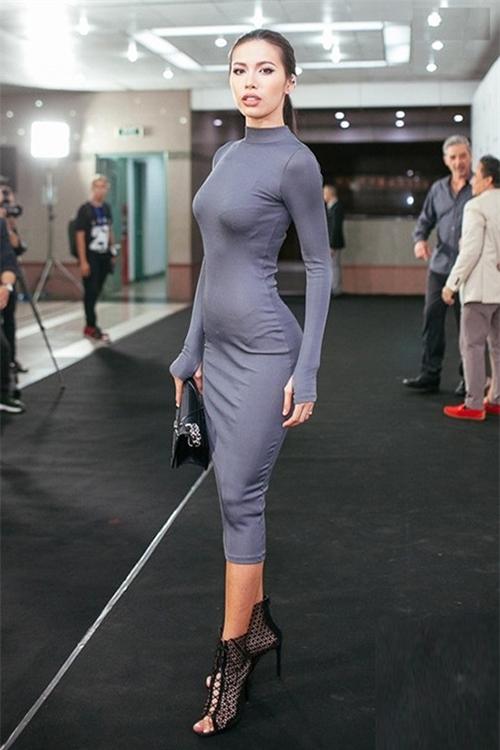 Nếu không có góc chụp và điều kiện ánh sáng phù hợp, những kiểu váy này rất dễ làm người mặc lộ nhược điểm dù vóc dáng có chuẩn đến đâu. Không ít váy của Minh Tú hết lộ bụng tròn xoe...