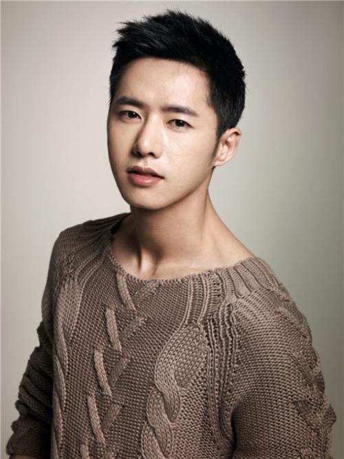 Jong Hyuk (1983) là một trong những mỹ nam đình đám nhất Kpop thế hệ đầu tiên.