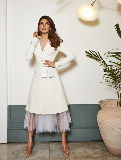 Nữ diễn viên Jacqueline Fernandez nổi tiếng tại Ấn Độ gây chú ý khi chia sẻ hình ảnh mặc một bộ váy trắng quyến rũ từ NTK Công Trí. Đây là một bộ váy được thiết kế đơn giản với form dáng ôm sát, chất liệu nhập khẩu từ Ý.