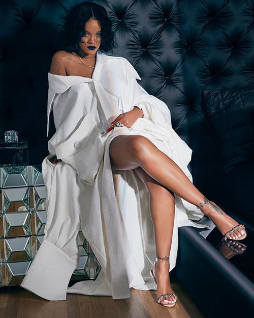 Rihanna cũng là mỹ nhân từng bị đồ của Công Trí đốn gục.Hồi tháng 6, Rihanna chọn một thiết kế áo quá khổ trong bộ sưu tập Em Hoa của nhà thiết kế Công Trí để chụp hình quảng bá sản phẩm cô hợp tác với Manolo Blahnik.