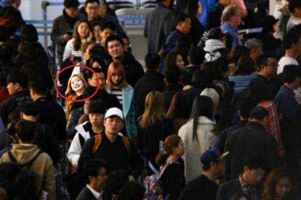 Thật khó tin khi ở khoảng cách xa như vậy mà Da Hyun vẫn nhìn thấy ống kính máy ảnh.