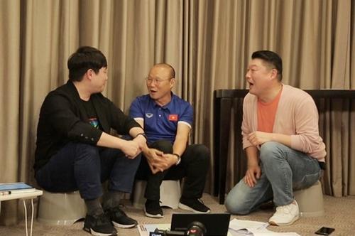 Từ trái qua: bình luận viên Bae Seong Jae, HLV Park Hang Seo và MC Kang Ho Dong.