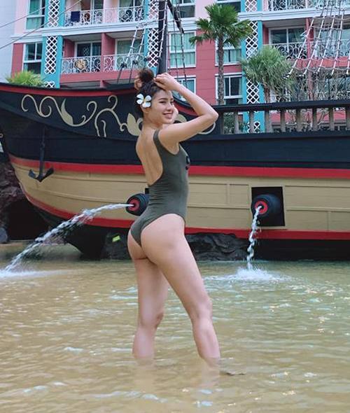 Phương Trinh Jolie diện bodysuit khoét hông cao tôn lênvòng ba đẫy đà, săn chắc.