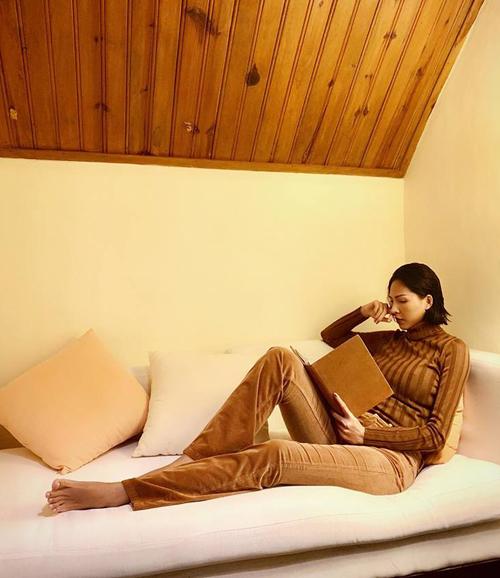 Minh Triệu không chỉ có cách ăn mặc mà dáng ngồi cũng cực men.