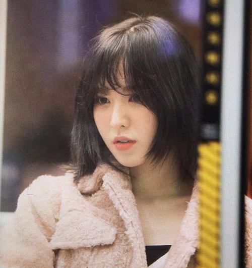 Nữ ca sĩ là người Hàn nhưng có khuôn mặt khiến nhiều người hiểu lầm là con lai. Từ khi debut, Wendy thường bị stylist dìm hàng bởi phong cách không phù hợp, đặc biệt là kiểu tóc mái dày nặng nề. Vời lần xuống tóc này, cô nàng đã chứng minh visual không hề kém cạnh các cô gái trong nhóm.