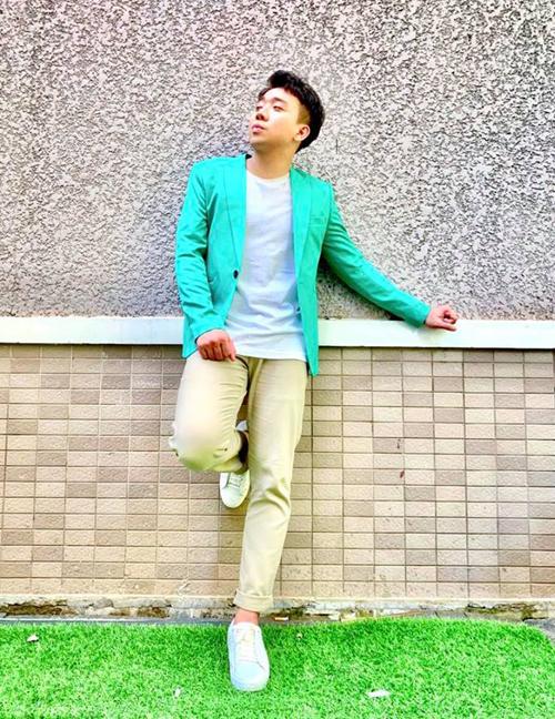 Trấn Thành diện bộ đồ màu pastel rất điệu.