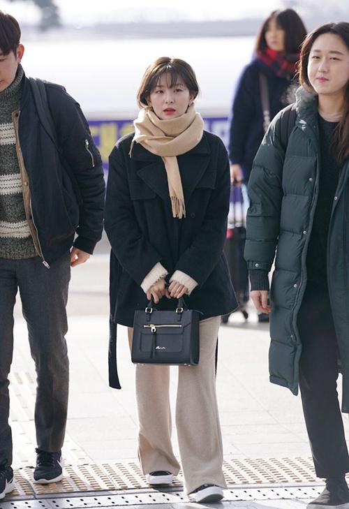 Gấu Seul Gi luôn là thành viên có phong cách thời trang đáng học tập nhất Red Velvet. Cô nàng lọt thỏm khi đứng cạnh nhân viên, trái ngược với khí chất sang chảnh khi lên sân khấu.
