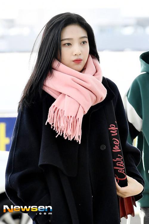 Joy đáng yêu hết nấc với khăn quàng cổ màu hồng.