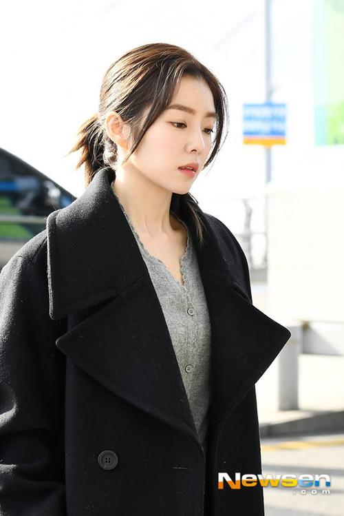 Irene vốn nổi tiếng là visual của Red Velvet nhưng lại khá nhạt nhòa, mệt mỏi khi xuất hiện ở sân bay.