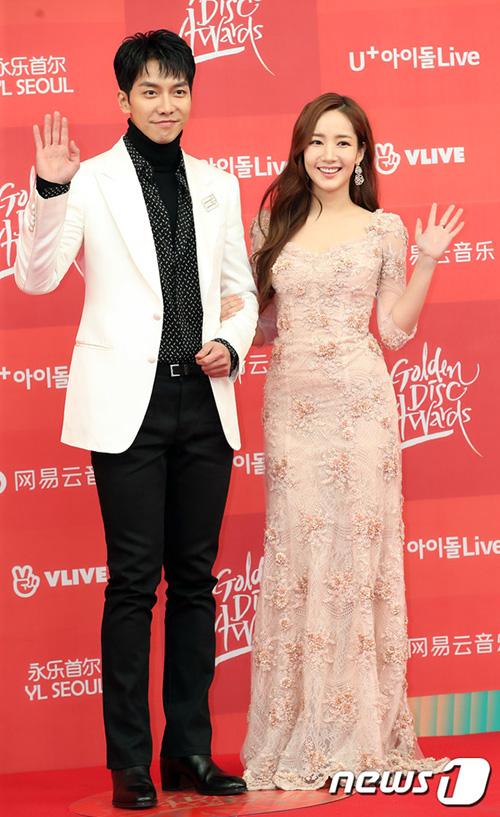 Lee Seung Gi và Park Min Young đẹp đôi trênthảm đỏ. Hai ngôi sao là MC của chương trình trao giải.