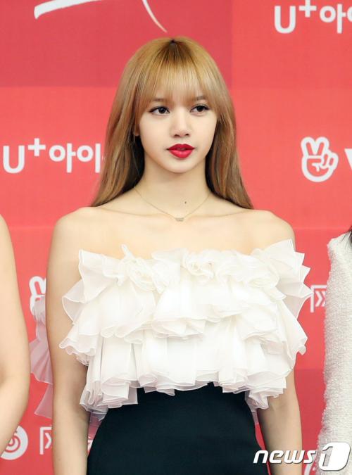 Chiều 5/1, Black Pink xuất hiện tại thảm đỏ lễ trao giải Golden Disk Awards. Gây chú ý nhất trong số các thành viên chính là Lisa. Cô nàng liên tục lọt top trend trong thời gian dự sự kiện.