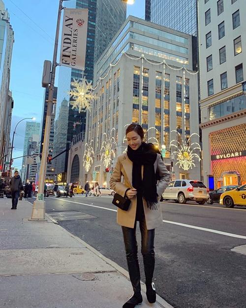 Jessica dạo phố New York cảm nhận không khí năm mới tràn ngập.