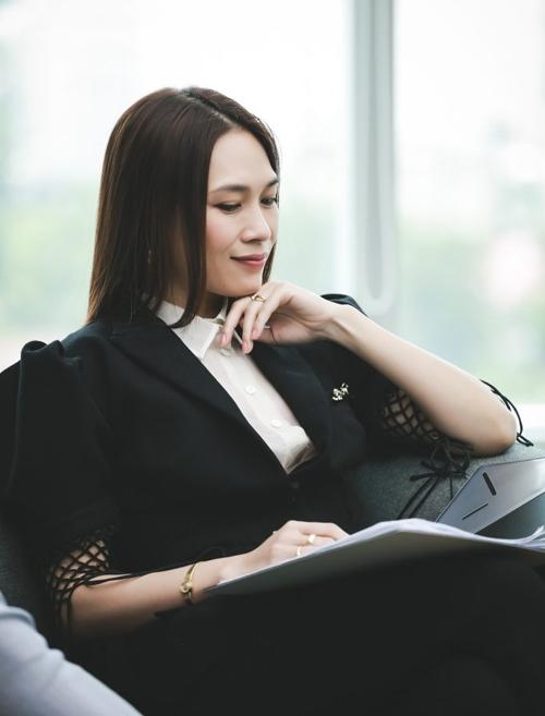 Làm việc trong môi trường kinh doanh nên Khả Doanh gắn liền với những bộ suit công sở. Tuy nhiên phong cách của cô không hề cứng nhắc mà ngược lại rất hiện đại nhờ những chi tiết cách tân trên trang phục.