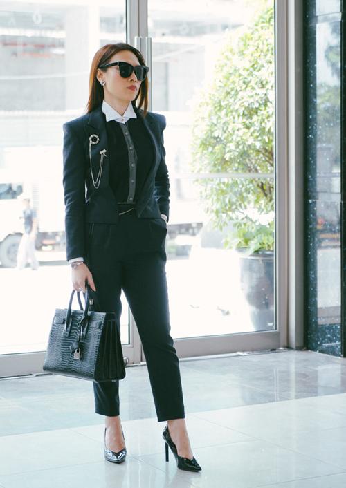 Chiếc túi Sac De Jour của hãng Yves Saint Laurent làm từ da cá sấu, tôn lên khí chất quyền lực cho chị đại có giá khoảng 80 triệu đồng.