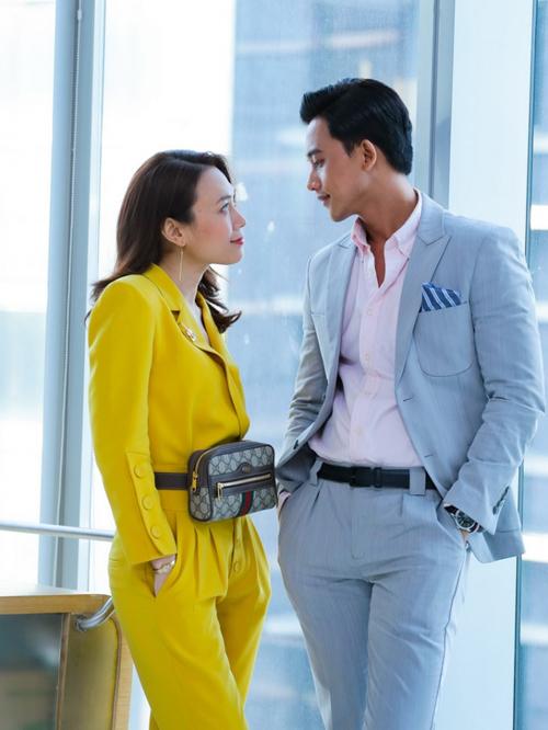 Túi Gucci đeo ngang hông chứng minh sự nhạy mốt, cho thấy phong cách công sở mà vẫn trẻ trung của Khả Doanh. Thiết kế này có giá khoảng 26,6 triệu đồng.