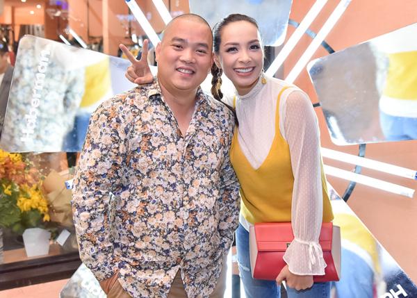 Vợ chồng Minh Khang - Thúy Hạnh trẻ trung đi mua sắm.