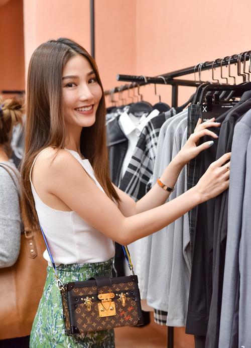 Diễm My 9x diện bộ trang phục trẻ trung đi sự kiện. Nổi bật trên set đồ của cô là túi xách Louis Vuitton Petite Malle có giá khoảng 100 triệu đồng.