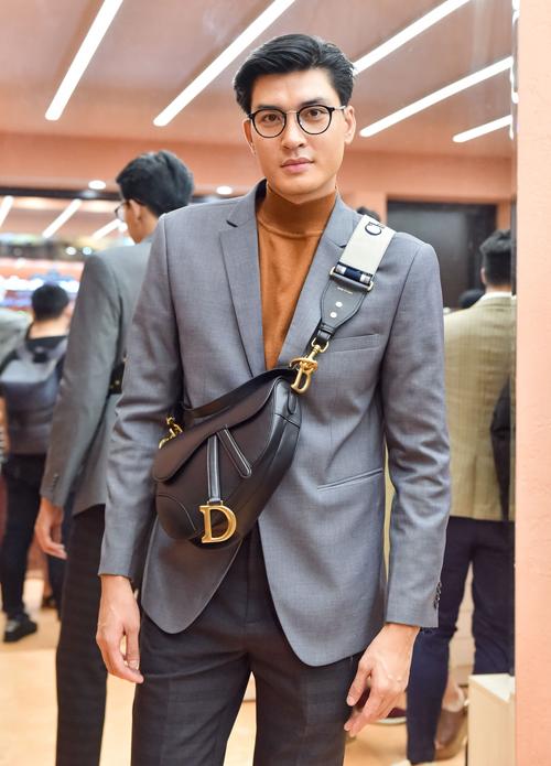 Quang Đại mang đến phong cách lịch lãm đặc trưng. Điểm nhấn trên trang phục là túi xách Dior Saddle đúng mốt.