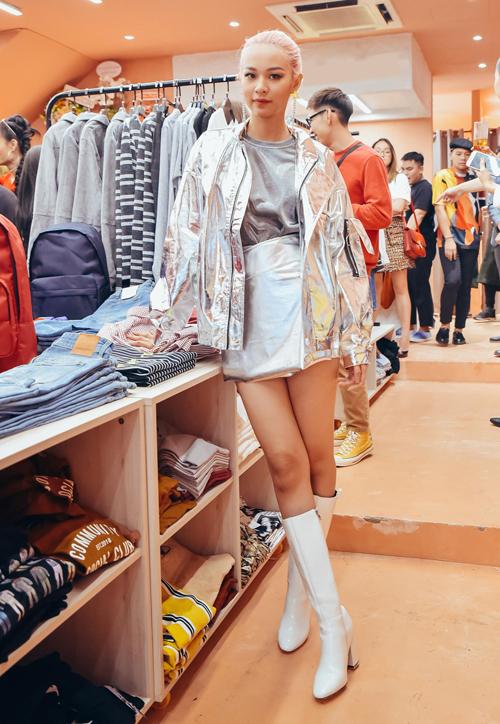 Phí Phương Anh chứng minh là fashion icon sành sỏi khi lăng xê mốt metallic đậm cảm hứng thời trang những năm 2000.