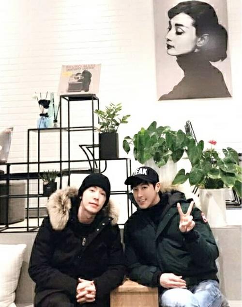 Yun Ho và Dong Hae hẹn hò cà phê ôn chuyện dịp đầu năm.