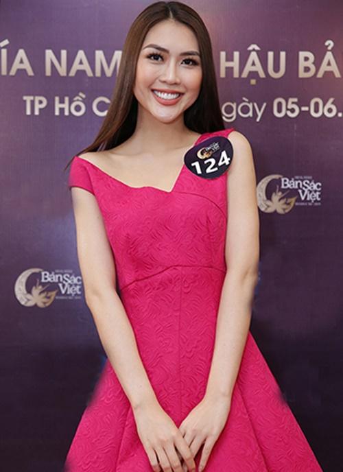Ngày 5/1, Tường Linh xuất hiện tại buổi Sơ khảo Hoa hậu Bản sắc Việt toàn cầu 2019 tại TP HCM. Cô diện đầm midi lệch vai, gam màu hồng của NTK Đỗ Mạnh Cường.