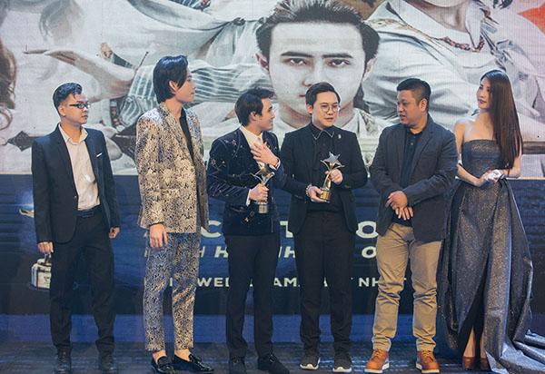 Huỳnh Lập góp mặt ở giải thưởng với 2 đề cử dành cho lĩnh vực Phim chiếu mạng và hay nhất Diễn viên phim chiếu mạng xuất sắc nhất và Phim chiếu mạng hay nhất. Anh chàng bất ngờ ẵm trọn hai giải thưởng nhờ web drama Ai chết giơ tay.