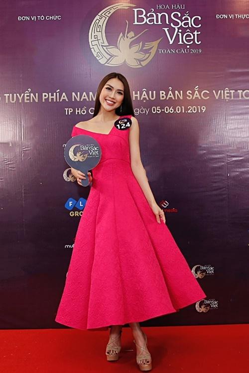 Tường Linh gây chú ý bởi vẻ đẹp lịch thiệp với mái tóc suôn dài, nụ cười tươi. Cô kết hợp thiết kế váy xòe cùng giày cao gót tone nude.