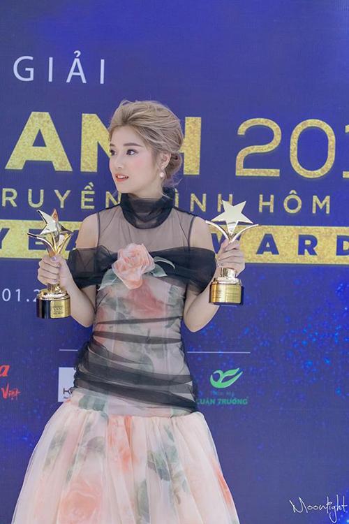 Hoàng Yến Chibi vẫn còn ngất ngây khi đạt 2 giải thưởng điện ảnh một lúc.