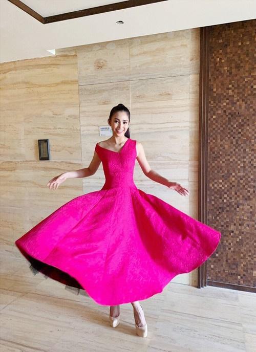 Không phải Thu Thảo, Tường Linh mà Tiểu Vy mới là mỹ nhân diện chiếc váy này đầu tiên. Hoa hậu Việt Nam 2018 diện thiết kế dáng xòe, nổi bật giữa dàn thí sinh Miss World 2018.