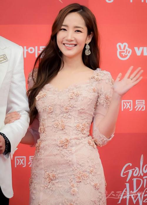 Ngày 5/1, Park Min Young tham dự Golden Disk Awards 2019 tổ chức ởSân vận động Gocheok Sky Dome, Seoul, với tư cách là một trong hai MC cầm trịch chương trình.