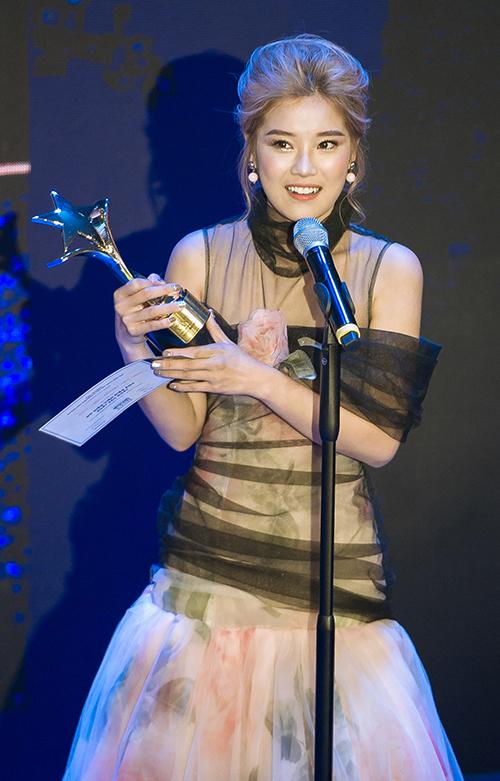 Hoàng Yến cho biết đêm nay về chắc chắn sẽ mất ngủ vì quá hạnh phúc. Bởi chỉ mới đêm trước đó thôi, , cũng nhờ Tháng năm rực rỡ, Hoàng Yến Chibi chiến thắng giải thưởng Nhạc phim hay nhất cho Nụ hôn đánh rơitại giải thưởng âm nhạc Keeng Young Awards. Chỉ trong vài ngày ngắn ngủi, niềm vui liên tục ập đến với cô gái trẻ sinh năm 1995 khiến cô như vỡ òa.
