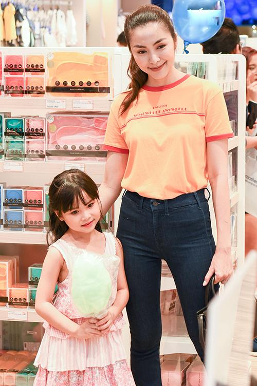 Tăng Thanh Hà diện đồ đơn giản với áo thun, quần jean ống loe gây chú ý không nhỏ. Cô còn được nhiều bà mẹ bỉm sữa và fan nhí xin pose hình.
