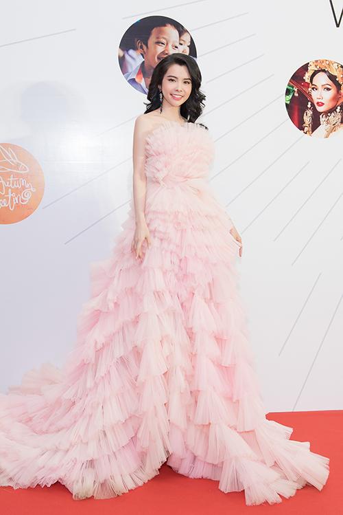 Hoa hậu Du lịch Thế giới Huỳnh Vy diện bộ váy hồng lộng lẫy hóa thân thành nàng công chúa kiều diễm.