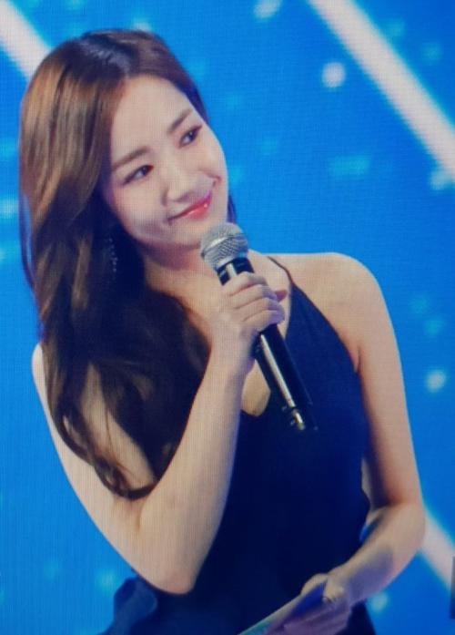 Bên cạnh các lời khen về nhan sắc Park Min Young, netizen cũng có những phản ứng tích cực đối với sự thể hiện của cô nàng trên cương vị host chương trình. Từ trước đến nay, Park Min Young rất hiếm khi làm MC nhưng cô đã