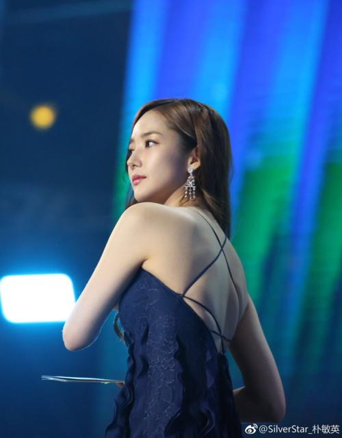 Những góc chụp từ phía sau giúp Park Min Young khoetấm lưng nuột nà.