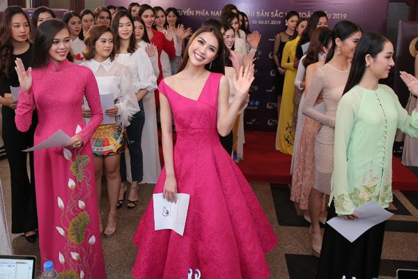 Tường Linh (giữa) từng đăng quang cuộc thi sắc đẹp quốc tế nhưng vẫn tìm kiếm cơ hội ở cuộc thi sắc đẹp trong nước. Cô là một trong những nhan sắc nổi bật nhất vòng sơ tuyển.