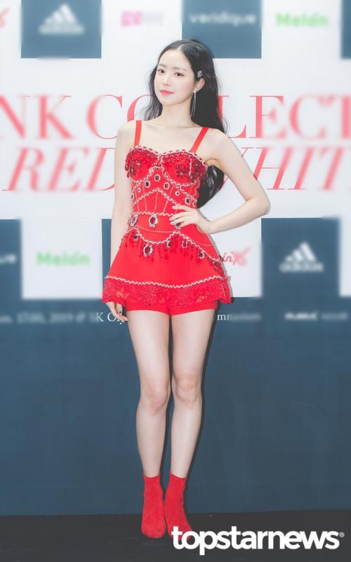 Chiều 6/1, A Pink gặp gỡ truyền thông nhân dịp tổ chứcconcert Pink Collection: Red & White. Đây là concert thứ 5 trong sự nghiệp nhóm.Tạibuổi họp báo, Son Na Eun là thành viên gây chú ý nhất khi diện trang phục ôm sát, khoe thân hình quyến rũ.
