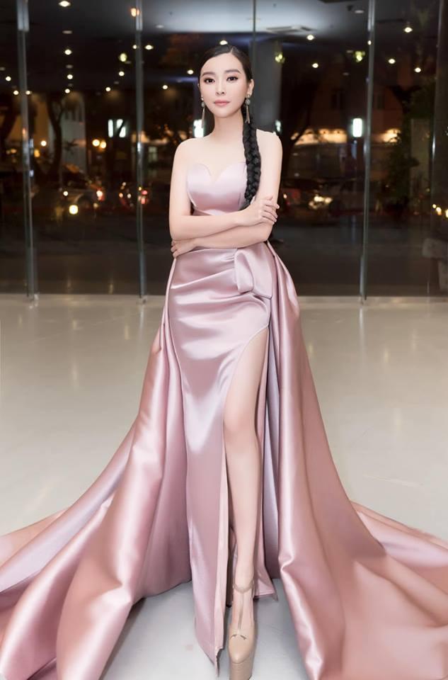 <p> Váy cúp ngực, xẻ đùi cao hun hút của NTK Nguyễn Minh Tuấn giúp Cao Thái Hà khoe khéo lợi thế chân thon dài.</p>